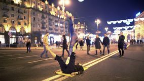 Maschio ed acro-yoga facente femminile sulla via nel centro urbano, hobby, sport video d archivio