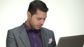 Maschio formalmente coperto che lavora ad un computer portatile archivi video