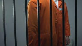 Maschio incarcerato afroamericano che dà polvere bianca all'interno caucasico, stupefacente video d archivio