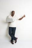 Maschio indiano casuale felice con un computer portatile Fotografia Stock