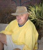Maschio maggiore che si siede all'aperto in natura Fotografia Stock Libera da Diritti