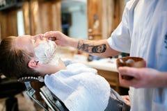 Maschio nel negozio di barbiere fotografia stock