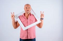 Maschio positivo l'emozione sul fronte su un fondo bianco con una struttura dall'immagine Fotografia Stock