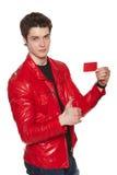 Maschio in rivestimento rosso che mostra la carta di credito in banca fotografie stock