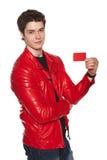 Maschio in rivestimento rosso che mostra la carta di credito in banca fotografie stock libere da diritti