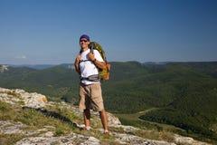 Maschio turistico che considera il sole e che smilling Immagini Stock Libere da Diritti