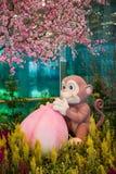Mascota china del mono del Año Nuevo con el melocotón Imagen de archivo