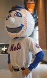 Mascota de los New York Mets, Sr. Encontrado, en la exhibición en el campo de Citi Imagen de archivo libre de regalías