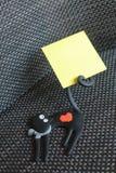 Mascota del gato negro con el post-it Foto de archivo libre de regalías