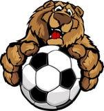 Mascota feliz linda del oso con el balón de fútbol Imagenes de archivo