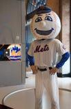 Mascote dos New York Mets, Sr. Encontrado, na exposição no campo de Citi Fotos de Stock Royalty Free