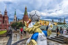A mascote oficial do campeonato do mundo 2018 de FIFA e as confederações de FIFA colocam o lobo 2017 Zabivaka no quadrado de Mane fotos de stock royalty free