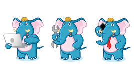 Mascotte bleue d'éléphant avec l'ordinateur portable Photographie stock libre de droits