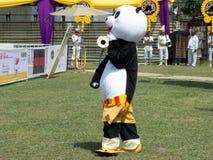 Mascotte die in Panda Clothes lopen stock fotografie