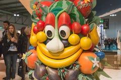Mascotte Foody che posa pezzo 2015, scambio internazionale di turismo a Milano, Italia Fotografie Stock Libere da Diritti