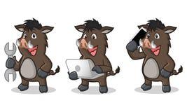 Mascotte selvaggia scura del maiale di Brown con il computer portatile Fotografia Stock