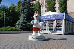 Mascotte ufficiale del lupo 2018 della coppa del Mondo della FIFA Zabivaka che sta il negozio di ricordo ufficiale vicino a Volgo Fotografie Stock Libere da Diritti