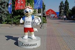 Mascotte ufficiale del lupo 2018 della coppa del Mondo della FIFA Zabivaka che sta sul vicolo degli eroi a Volgograd Fotografie Stock Libere da Diritti