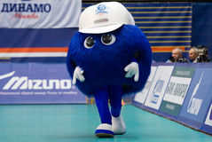 Mascotte van het team van Dynamomoskou het lopen Royalty-vrije Stock Foto's
