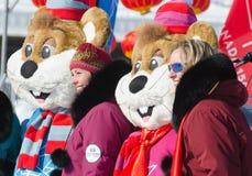Mascottes de Winterlude posant avec le touriste images libres de droits