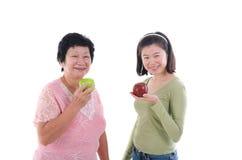 Masculin supérieur asiatique ayant la pomme Photographie stock