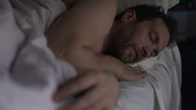 Masculino achispado teniendo sueño sano en el sofá cama, respirando con la boca abierta, recuperación almacen de metraje de vídeo