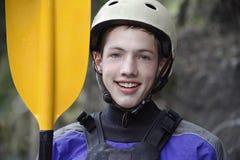 Masculinos adolescentes alistan para kayak Fotografía de archivo libre de regalías