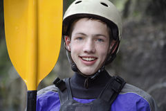 Masculinos adolescentes aprontam-se para kayak Fotografia de Stock Royalty Free