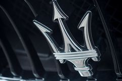 Maserati-embleem op autovoorzijde - Maserati is een Italiaans merk van luxeauto's Royalty-vrije Stock Afbeeldingen
