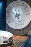 Maserati etikett och Maserati Quattroporte Arkivfoton