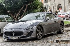 Maserati Granturismo ha parcheggiato sulle vie di Budapest immagini stock libere da diritti
