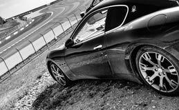 Maserati Granturismo pelado al lado de una pista fotografía de archivo
