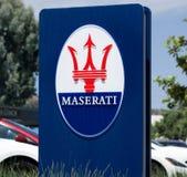Maserati-Verkaufsstelle-Zeichen und Logo Stockfotografie