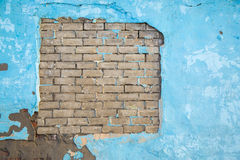 Masern blaue alte Zementwand des Schmutzes mit Ziegelsteinen Hintergrund Lizenzfreie Stockfotos