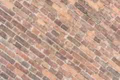 Masern Sie alte Backsteinmauer, diagonale Anordnung für alte Maurerarbeit Stockbild
