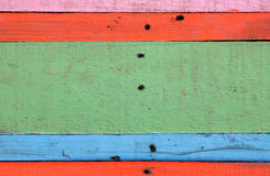Masern Sie buntes rotes, blaues Grün, rosa hölzernen Hintergrund Stockbilder