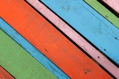Masern Sie buntes rotes, blaues Grün, rosa hölzernen Hintergrund Stockfoto