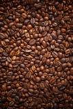 Masern Sie das verschütten von Kaffeebohnen Beschneidungspfad eingeschlossen Kopieren Sie Platz stockbild
