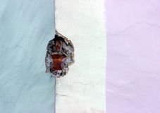 Masern Sie die alte Backsteinmauer, vergipst und in drei Farben gemalt Lizenzfreie Stockfotos