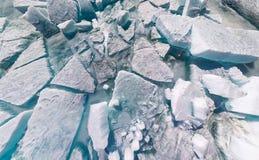 Masern Sie Hintergrundeissprünge und Hügel von Baikal Lizenzfreie Stockfotografie