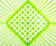 Masern Sie Innere des leeren grünen Plastikkorbes, der auf Weiß lokalisiert wird Stockfotos