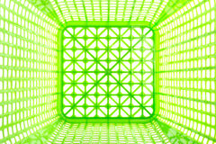 Masern Sie Innere des leeren grünen Plastikkorbes, der auf Weiß lokalisiert wird Lizenzfreies Stockbild
