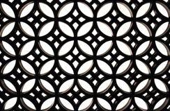 Masern Sie schwarzes Metall kopierten Grill auf einer weißen Wand Lizenzfreie Stockfotos