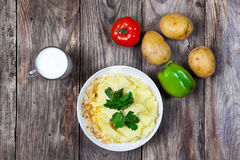 Mashed煮沸了土豆用草本 牛奶蔬菜 免版税图库摄影
