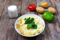 Mashed kokade potatisen med örter mjölka grönsaker Arkivbilder