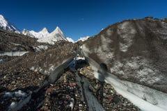 Masherbrum ou crête de montagne K1 derrière le glacier de Baltoro dans Karakor Image stock