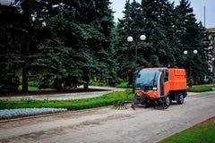 Mashine de nettoyage municipal sur la rue photographie stock libre de droits