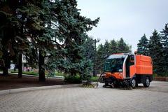 Mashine de nettoyage municipal sur la rue photo libre de droits