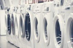 Mashines que se lavan en tienda de dispositivo foto de archivo libre de regalías