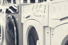 Mashines que se lavan en tienda de dispositivo imagen de archivo libre de regalías